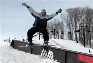 Snowboarding_at_Mount_St_Louis